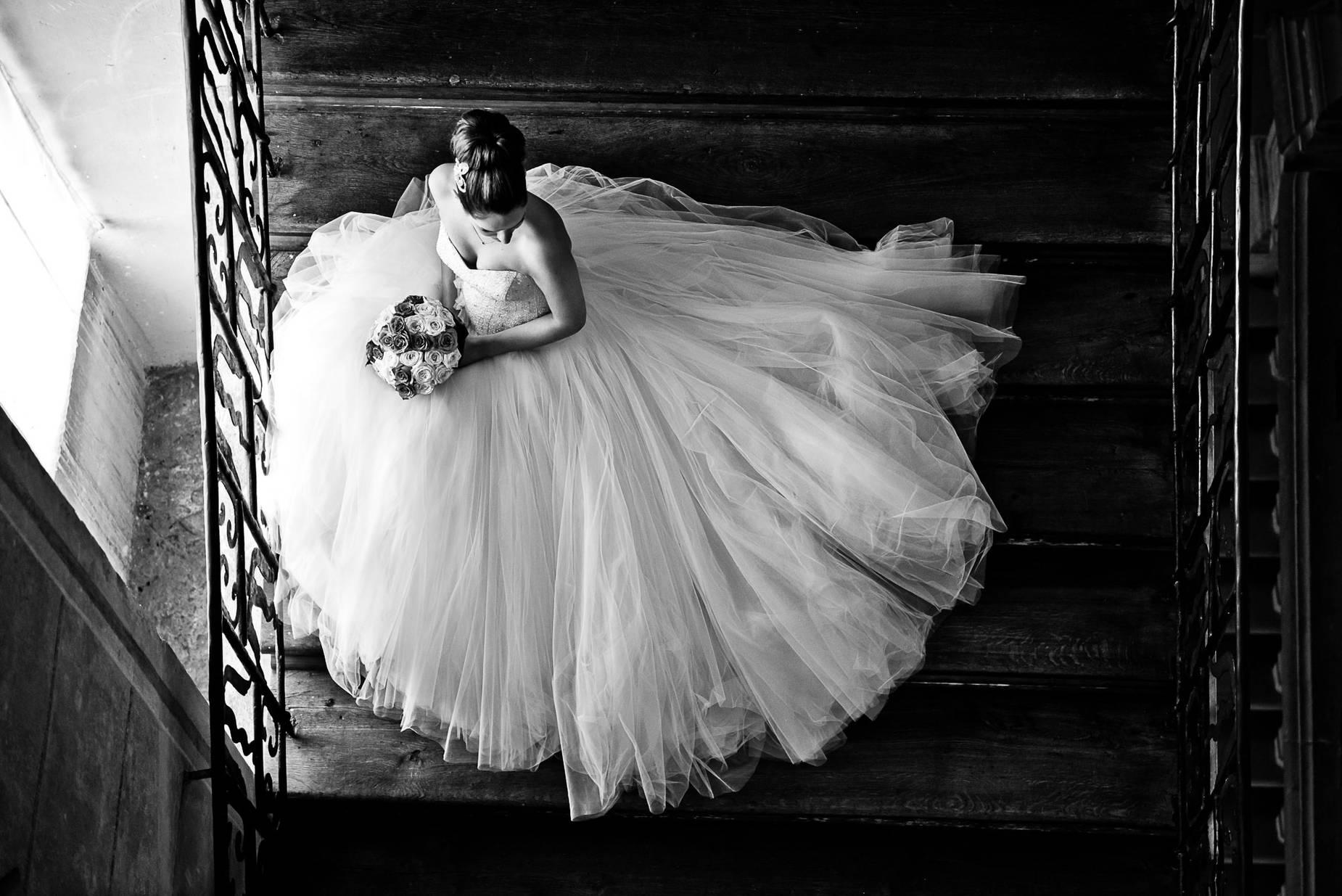 Hochteitsshooting - Hochzeitsfotograf Braut auf den Treppen in Schloss Ludwigsburg