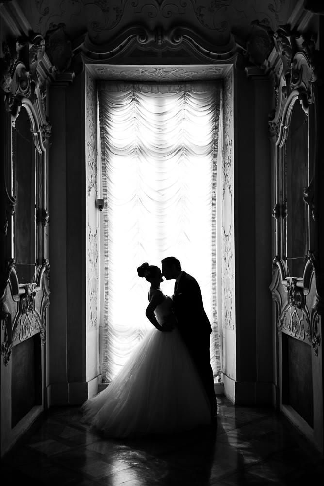 Brautpaar vor einem Fenster im Schloss Ludwigsburg